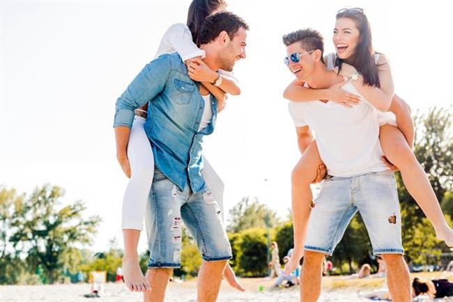 21. En yakın dostlarıyla yakınlık kurun. Büyük ihtimalle erkek arkadaşlarını sizi tanıdığından daha uzun zamandır tanıyordur. O nedenle onlarla iyi geçinmelisiniz. Bunun sonucunda size daha fazla davet teklifi gelecek ve siz de erkek arkadaşınızı daha iyi anlayabileceksiniz.   22. İyi bir şeyler yapın. Bir aşevinde yemek dağıtmak veya bir yardım derneğine üye olup bir köy okulunun onarılmasını sağlamak gibi işler bir çift olarak hem sizi hem de erkek arkadaşınızı daha iyi hissettirir. (Brad ve Angelina sizinle gurur duyardı!)