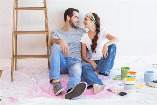31. Onu yatırın. Koltukta veya yatakta uyuyakaldığı zaman üzerini örtün. Bu bir sevgi göstergesidir. Ayrıca o da kendini himaye altında hisseder.   32. Evi düzenleyin. Yeni raflar asmak, odayı boyamak veya dolaplarınızı düzenlemek size sanki evi beraber dekore ediyormuşsunuz havası verebilir (o aşamaya gelmemiş olsanız bile.)