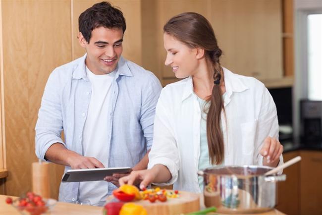 1. Rahatlayın, işten sıyrılıp eğlenebilmek için kendinize bir içki saati ayırabilirsiniz. Bu bir kadeh şarap ve yanında peynir tabağı kombinasyonu ve beş dakikalık birbirinize sokulma seansı şeklinde olabilir. Paylaşılan bu anlar erkek arkadaşınızla uyum içerisinde olmanızı sağlayacaktır.   2. Yemeği beraber hazırlayın. Bu aktivite birbirinizle daha rahat sohbet etmenizi sağlayacaktır. Birçok işi aynı anda yaptığınız için diyalogunuz mutlaka bir anlam taşıma baskısı altında kalmadan kolayca akıp gidecektir.
