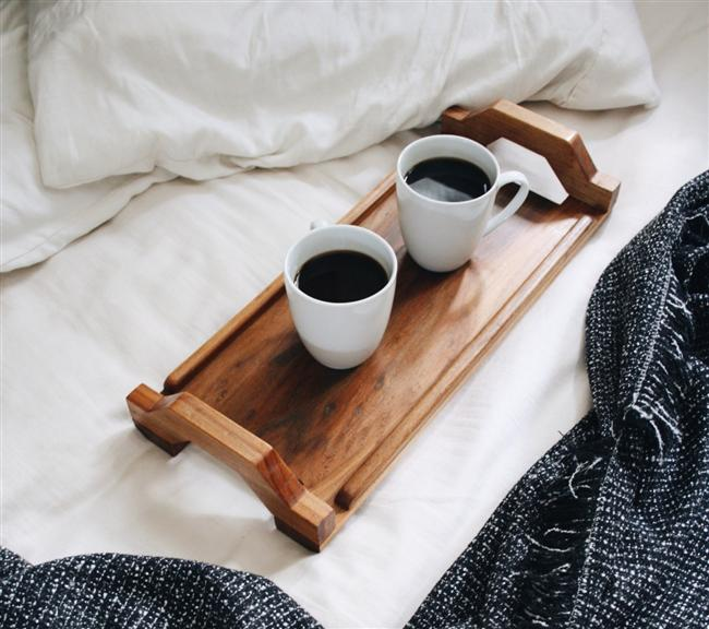 7. Her ikinizin de başarısız olduğu bir dersi birlikte alın. Erkek arkadaşınızın kilden bir şeyler yapmaya çalışmasını, hamur yoğurmasını veya Almanca konuşmaya uğraşmasını seyretmek ne kadar komik olur bir düşünsenize.  8. Yatakta kahve İçin. Son dakika hazırlanmak için acele edeceğinize, saatinizi biraz daha erkene kurup o artan zamanda sabah kahvenizi çarşaflar arasında sevdiğiniz kişiyle içebilirsiniz.