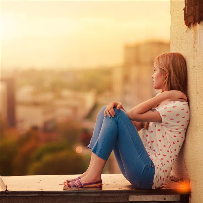 Arkadaş olarak Akrep   Akrep burcundaki kişiler tüm arkadaşların en zoru olabilirler. Genellikle yalnızdırlar; duygularını paylaşmaz, her şeyi bildikleri gibi yapmak isterler. Arkadaşlarının, sorunlarıyla yakından ilgilenmelerini ister yoksa ilişkilerini keserler. Akreplerin çevresinde verecek bir şeyleri olmadıkça olmaz. Akrep'ler gereksinme duymadıklarından arkadaş edinmeleri kolay olmaz. Ne denli katı görünürlerse görünsünler bu Akreplerin temel özelliğidir. Neyse ki bu saf tip ana çizgileri aynı kalmakla birlikte doğum haritasındaki diğer etkenler tarafından değiştirilebilir. Akrepler güçlü cinsel dürtülerini doyurmak isterler genellikle. İlginç burcun bu dürtüsü tümüyle karşı uca kayarak yalnız olan Akrepi mistik dünyanın onu kendinden vazgeçiren doruklarına da yöneltebilir. Fakat Akrepler olsun, erkek olsun şehvet duygularını şu ya da bu biçimde sevgiye yöneltirler. Bir sevgiliye gereksinme duyar ve o kişiye cinsel gereksinmelerine göre davranırlar. Akreplerin arkadaşında aradığı şey nedir? Kendi düşüncelerinin yankısı mı? Bir deneme tahtası mı? Yoksa tutsak bir dinleyici mi? Sorun, arkadaşlarının ona gereksinme duymasıdır.   Akrepler kimi insan için çok çekici kimi için ise olağanüstü itici olurlar. Çekici bulanlar sevgi ve bağlılığa çok önem verirler ki Akrep büyük bir olasılıkla bunu istemeyebilir. Arkadaşı olarak kalabilmek için bu kinci , kuşkucu, entrikacı, acımasız kişiliği anlamak zorundasınız.  Doğum haritasındaki olumlu ve uygun etkilerin sonucu olarak ayrıcalıklar vardır. Daha gelişmiş Akrepler (duygusal olarak kışkırtılmadıkça) güvenilir ve candan arkadaştırlar. Arkadaşları için cesaretle çalışır, dövüşürler. Güçsüz arkadaşları onların yılmaz karalılıklarıyla güç ve moral kazanırlar. Dalaverelerdeki yeteneği diğer burçlarla karşılaştırılamaz. Çünkü kendi çıkarları söz konusu olduğunda hainlik ve kurnazlıkları sınır tanımaz.