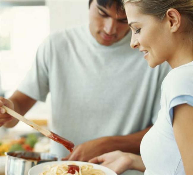 1- Bir erkeğin kalbine giden yol midesinden geçer. Yemek onlar için önemlidir!  Modern erkekler kadında iyi yemek yapmaktan daha fazla şeyler arıyor. Sahanda yumurtayla bile mutlu olabiliyorlar!