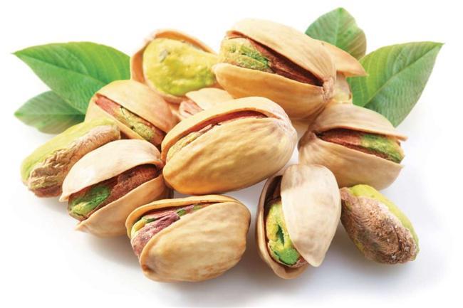 Antep Fıstığı   Sert kabuğun içindeki yeşil yemişi adeta bir enerji deposu. İçeriğindeki çinko ve oligo element cildi korurken, aynı zamanda bağ dokusunu güçlendiriyor. Doymamış yağların atılmasına yardımcı oluyor. Böylelikle serbest radikaller ve yağ yakımına karşı vücudu hazırlamış oluyor. Ve yine içindeki B1 vitamini sayesinde karbondioksit metabolizmasını destekliyor.