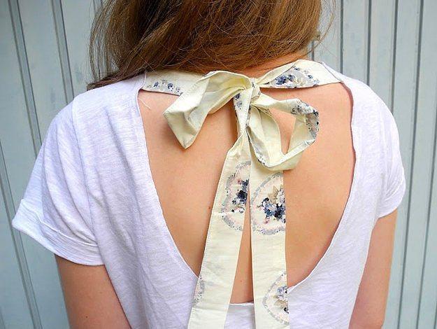 Kurdele Şıklığı  Şekildeki gibi yarım daire şeklinde belirlediğiniz kalıba göre tişörtünüzün arkasını kesin. Böyle bir model elde etmek için bir parça kumaş, kurdele hatta eski bir fular bile kullanabilirsiniz. Seçim tamamen sizin zevkinize kalmış.