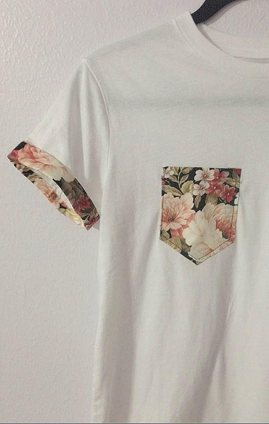 Vintage Tişört  Vintage bir görünüm yaratmanızı sağlayacak çiçek desenli bir kumaş yardmıyla bu tişörte sahip olabilirsiniz! Elbette dikiş konusundaki yeteneğinizin kopmuş düğmeyi dikmekten bir adım daha ileride olması gerektiğini unutmadan söyleyelim :)
