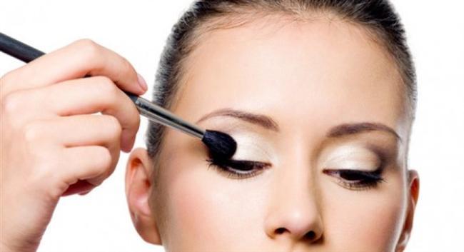 Doğal tonlarda far bazınız yoksa, makyaj bazınızı bir fırça yardımıyla göz kapaklarınıza uygulayabilirsiniz.