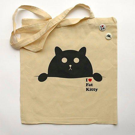 Çantasını minik dostlarımız için düzenlenen kermesten alan Patisever Kız Çantası  İçerisinde, ufak buzdolabı poşeti içinde kedi maması olması kuvvetle muhtemel olan çantadır .