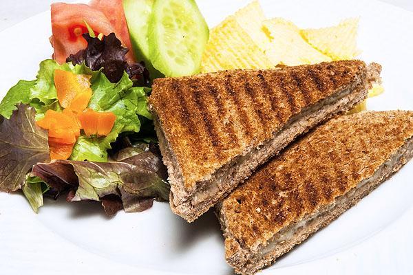 Terazi Burcu için 2.gün  Kahvaltı:  2 dilim kepekli ekmekten yapılan kaşarlı tost, şekersiz çay. Arada bir kase meyveli diyet yoğurt.   Öğle Yemeği:  Sebze soslu makarna, 1 yeşil biber, 1 kabak haşlama. Yanında bol salata. Arada 2 galeta, 1 bardak süt.   Akşam Yemeği:  Izgara balık, havuç veya turp salatası, arada 1 porsiyon meyve.   Terazi Burcu için 3. gün  Kahvaltı:  1 bardak ılık süt, 1 dilim kepekli ekmek, 1 tatlı kaşığı meyve diyetli yoğurt.   Öğle Yemeği:  Sebze soslu makarna, yanında bol salata, arada 1 porsiyon meyve.   Akşam Yemeği:  Bir porsiyon zeytinyağlı sebze yemeği, bol salata arada 1 meyve.