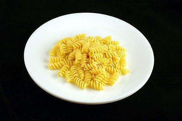 145 gr haşlanmış makarna = 200 kalori  İsterseniz makarnanın üzerine bir miktar baharat ve yoğurt koyarak enfes bir atıştırmalık hazırlayabilirsiniz.