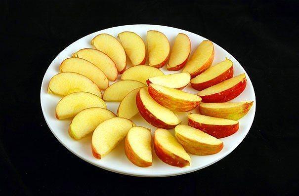 385 gr elma = 200 kalori  Elmanın üzerine biraz tarçın ve limon suyu sökerek harika bir atıştırmalık haline getirebilirsiniz.