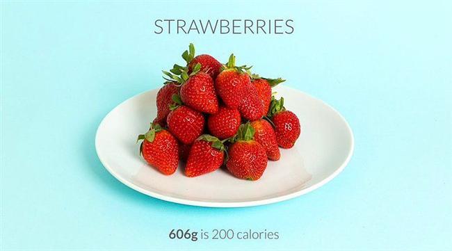 606 gr çilek = 200 kalori  Tek başına bile en mükemmel atıştırmalık olan çileği yoğurda bulayıp dondurarak tüketebilirsiniz.