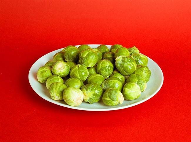 690 gr brüksel lahanası = 200 kalori  Az miktarda zeytinyağı, soya sosu, karabiber ve biberiye ile marine edip fırında pişirebilirsiniz.