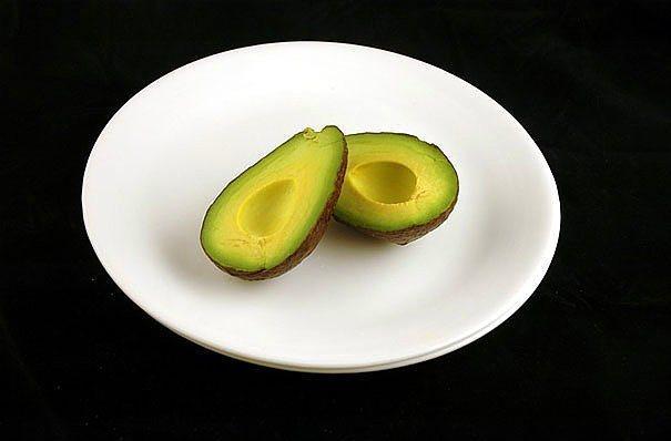 125 gr avokado = 200 kalori  Avokadonun içerisine sarımsak, zeytinyağı, limon ve biraz tuz ile mükemmel bir salata haline getirebilirsiniz.