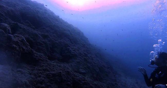 Foça, Sazlıca Plajı  Foça'yı zaten huzur merkezi olarak belirleyebiliriz; ama Sazlıca bambaşka bir tanımı hak ediyor. Onlarca farklı türde deniz canlısına rastlayabileceğiniz, dalış için efsane bir mekan...  Yer: Eski Foç ile Yeni Foça arasında, çok da uzun olmayan ancak derin bir koy.