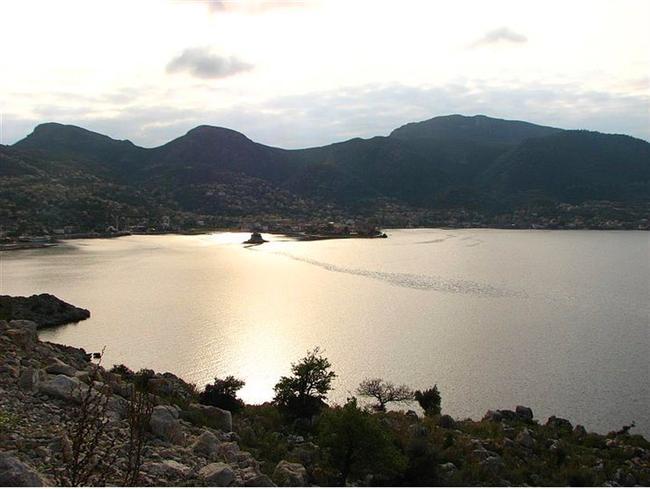 Marmaris, Delikyol Koyu  Tek bir tesis bulunan, sessiz, efsane bir denize sahip Marmaris koyu!  Yer: Selimiye'ye 7 km kala muhteşem doğasıyla Delikyol Koyu ile karşılaşacaksınız.