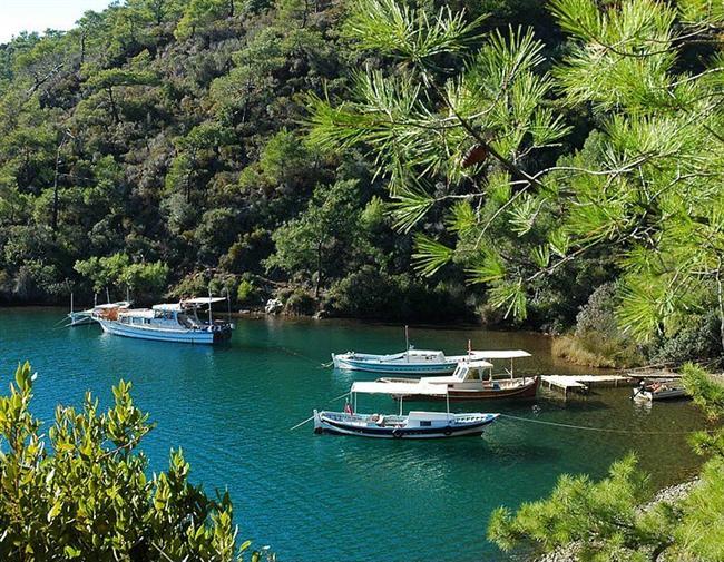 Yedi Adalar  Eğer mavi yolculuk sizin içinse en doğru tatilse, burada birkaç gün kalmanızı tavsiye ederim! Dalış için de oldukça uygun olan koyda, sakinlikten de insan deliriyormuş demeyin sakın...  Yer: Gökova'da araç girmeyen enfes yerlerden biri daha!  Bodrum'dan kalkan motorlarla gidebilirsiniz.