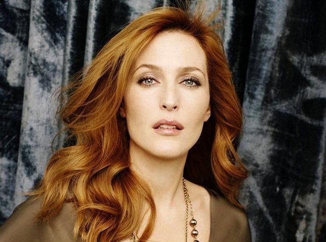 Gillian Anderson  Evet doğru tahmin ettiniz, karşınızdaki kadın Dana Scully. Bu arada gelecek yıl, büyük ihtimalle onu yine ekranda göreceğiz.