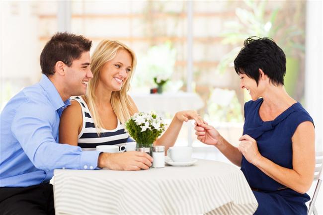 Annesi ile Tanışın!  Annesi ile çok sıkı bir ilişki halinde olan erkeklerden kesinlikle uzak durun. Çünkü böyle erkekler kadınlara karşı nasıl davranacakların bilemezler ve partnerlerini sürekli anneleri ile karşılaştırırlar. Ayrıca her hareketi annesi tarafından kontrol edilen bir erkek pek de çekilebilir türden değildir. Ama eğer annesi ile ilişkileri iyi ve olması gerektiği gibiyse, bu faktör, size sevgi ve saygı olarak da yansıyabilir.