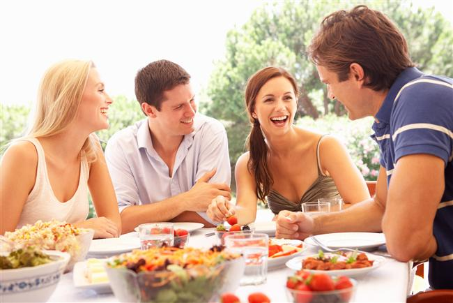 Dostlarını Tanıyın!  Kimse ailesini seçemez ama arkadaşlarının seçimi kişinin tamamen özgün seçimidir. Çevresindeki arkadaşlarını incelemeniz, onun insanlarda aradığı ortak özellikleri anlamanızı sağlayacaktır.   İyi bir ilişki için onun bütün arkadaşların beğenmeniz gerekir diye bir durum söz konusu değil. Ama eğer gerçekten onun hiç bir erkek arkadaşından hoşlanmıyorsanız bundan kişisel olarak bir sonuç çıkarmanız gerekebilir. Her insan arkadaş seçerken mutlaka kendi kişiliği, davranış tarzı ve yaşam tarzı ile ilgili paralellikler kurar. Bu insanın doğası gereğidir.