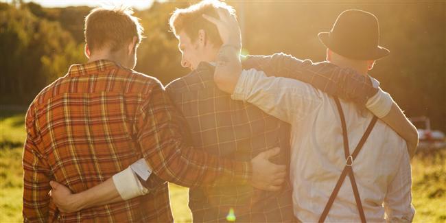 Arkadaşları Kız mı Erkek mi?  Çok fazla arkadaşı olan bir erkek çok kolay iletişim kuruyor demektir. Eğer arkadaşları sadece kızlardan oluşuyorsa bu dikkat çekici bir durumdur. Bu bazı iletişim sorunları yaşadığının göstergesi olabilir. Eski kız arkadaşları ile ilişkileri çok yoğunsa gözünüzü hep üstünde tutmanız gereken çapkın erkeklerden demektir. Ama hiç arkadaşı yok ise asla zaman kaybedilmemesi gereken topluma kapalı birisi demektir.