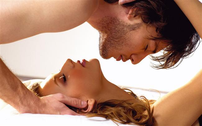 Akrep burcu erkeğini seviyorsanız  Cinselliğe son derece önem verir. Sadıktır. Aradıklarını sizde bulduysa yanınızdan ayrılmayacaktır. İlginizle onu şımartabilir, tutkularınızla büyüleyebilir, sadakatinizle aşık edebilirsiniz. Bu üç unsur onun için çok önemlidir. Mahremiyetine özel önem vermeli, erkeğinizin sırlarını kimseye söylememelisiniz.  Fiziksel görünümünüzdeki en ufak değişikliği farkeden bu erkek, beğenmediği takdirde bunu açıkça söyleyecektir. Güç ve kontrolüne özel önem verdiği için, ipleri size bırakmayabilir. Dürüst davranmalı, yalan söylememelisiniz. Yaptığınız ters bir davranışı, söylediğiniz yanlış bir cümleyi kafasına takması ve bunu asla unutmaması mümkündür. Eğer tensel arzularınız güçlü değilse, sizin için cinsellik fazla önem taşımıyorsa, bu ilişkiye hiç başlamamanızı tavsiye ediyorum. Çünkü onun için erotizm ve fanteziler son derece önemlidir. Ona sevginizi dokunarak ifade etmenizden zevk alır. Etrafınız kalabalık olsa dahi, kimse farketmeden gözlerinizle onu izlemeniz hoşuna gidecektir.  Size karşı hiçbir zaman çok açık olmayacağını, bazı önemli sırlarını kendine saklayacağını biliniz. Bu yüzden baskıda bulunmayın. Özel eşyaları da dahil olmak üzere, hiçbir şeyini karıştırmayın. Bundan hiç hoşlanmayacaktır. Dişi yanlarınızı ortaya koymanızdan, hissettirmenizden fazlasıyla zevk alabilir. Onunla rekabet etmeye kalkışmayın. Ne kadar severse sevsin, yönetimi ele geçirmenize izin vermeyecektir. Duygularını açık etmekten hoşlanmayan bu erkek, derinlikle düşünceleri ve ilişkilerdeki aşırı istekliliğiyle kadınını gayet iyi kavrayabilir. Fazlasıyla hakimiyetçidir. Maceraperest olabilir. Eğer sizde aradığını bulamazsa sadakatsizlik yapabilir.