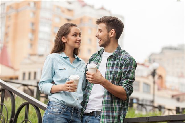 Kova burcu erkeğini seviyorsanız  Arkadaş canlısı oldukça sosyal olan bu erkek, aynı şeyleri sizden de bekleyecektir. Çevresindeki kişilere ve özel dostlarına önem vermenizi isteyecektir. Kendini kısıtlanmış hissetmekten hiç hoşlanmaz. Ona baskıda bulunmanız, en başından onu kaybetmeniz anlamına gelebilir. Hayalleri onun için çok değerlidir. Bunları hafife alan bir kadından asla hoşlanmaz. Aşırı duygusal biriyle yapamaz. Üzerine fazla düşmenizden hoşlanmaz. Ne kadar bağımsız olmasına izin verirseniz o denli ilişkisine değer verir.  Farklı ve oldukça sıradışı bir erkektir. Ondan klasik düşünmesini beklemeyin. Bu aranızda asla kapanmayacak bir uçurum oluşturur. Evlilik kelime itibariyle bile onu ürkütebilir. Bu nedenle ilişkiye başladıktan bir süre sonra evlenmek isteyen birisiyseniz bunun gerçekleşmeme ihtimalini göz önüne almalısınız. Beklenmedik tepkiler, alışılmadık tavırlar sergilemesine rağmen karşı cins tarafından oldukça beğenilen bu erkeklerin kadınlarda en dikkat ettiği husus arkadaşça paylaşımdır. Onun dert ortağı can yoldaşı olursanız uzun yıllar birlikte olmanız mümkündür. Duygularıyla hareket etmeyen bu erkek, hassasiyetiniz karşısında kolayca sıkılabilir. Sadakat konusunda tam anlamıyla söz vermekte zorlanan bu erkek, bir anda hayatınızdan çekip gidebilir. Ona göre insan özgür olmalıdır. Çok iyi dost ve arkadaştır. Fakat iyi bir aşık olması fazla zaman alır. Ayrılsanız bile bu erkeğe kırılmanız, kızmanız pek mümkün değildir. Çünkü dost kalmayı kesinlikle başarır. Hatta ayrıldıktan sonra çok daha iyi anlaştığınızı farkedebilirsiniz.  Sosyal konularda farklı düşünceleri vardır. Onunla sohbet çok zevklidir. Ama iş duyguları konuşmaya gelince ortadan ya kaybolur ya da başka şeylerden bahseder. Ulaşılmaz, oldukça farklı bir erkektir. Ancak ateşli, özgür düşünceli, rahat tavırlı bir kadın onunla baş edebilir. Fakat bir zaman sonra o da çekip gideceğinden tam sağlıklı bir ilişki yaşamak kolay olmayabilir.