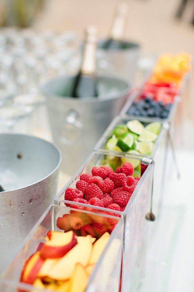 İçkilerin yanına rengarenk yaz meyveleri barı oluşturun.