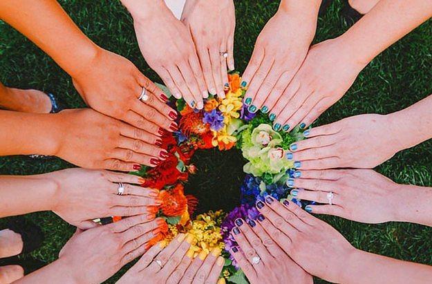Rengarenk çiçekleri rengarenk ojelerle tamamlamayın.