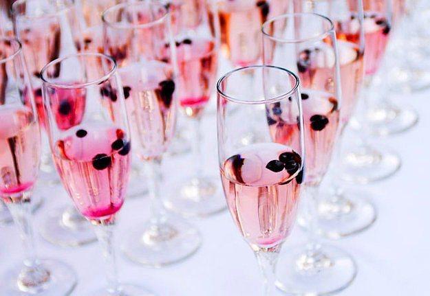 Meyvelerle renklendirilmiş şampanyalar ikram edin.