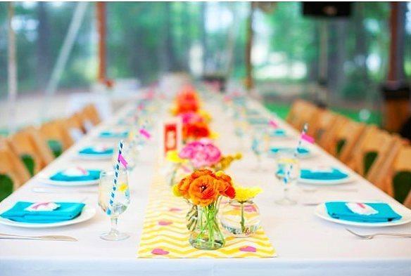 Masaları renkli minik çiçeklerle süsleyin.