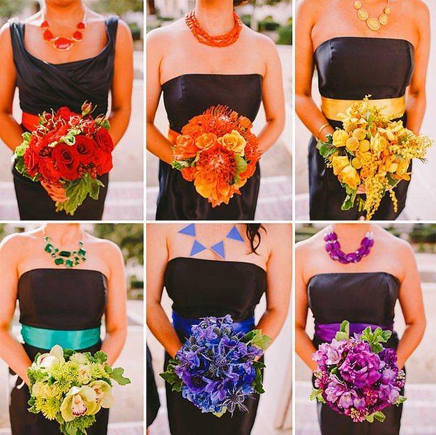 Gelinin arkadaşları renkli takılar ile düğünü canlandırabilir.
