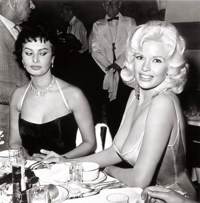 """Sophia Loren'in """"Alın bunları masadan"""" bakışı!"""
