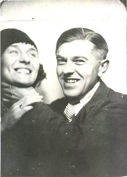 Ünlü ressam Magritte ve eşi fotoğraf kulübesinde cıvıyor.