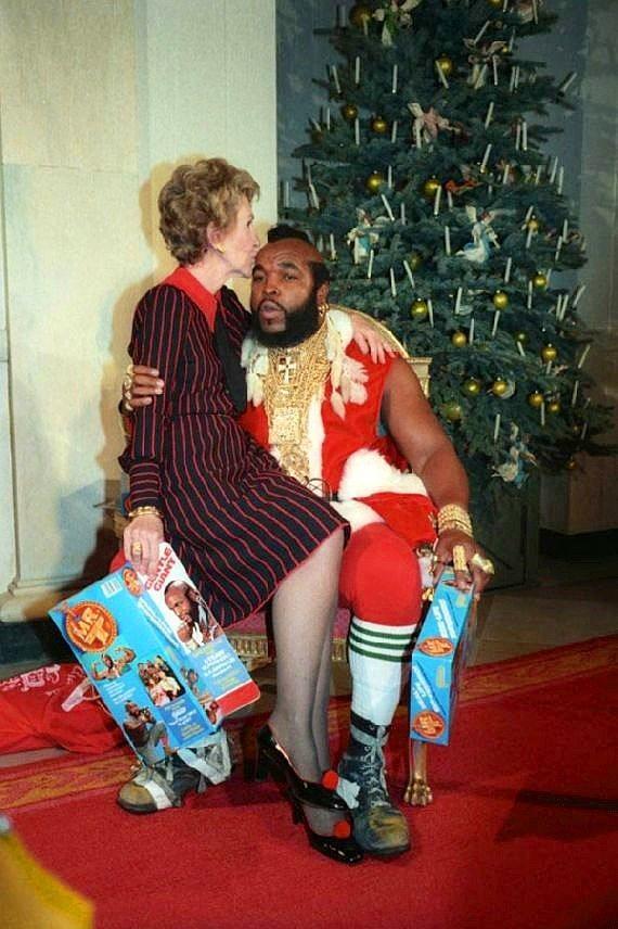 Nancy Reagan Mr. T'nin kucağında.