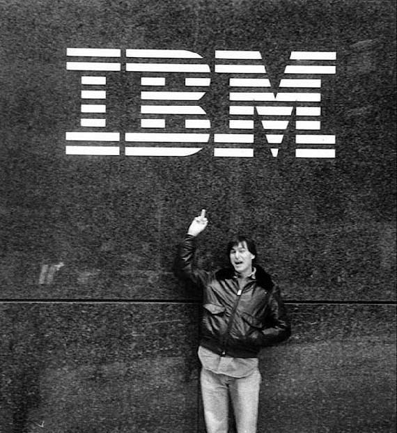 Steve Jobs IBM'e parmağını gösteriyor.