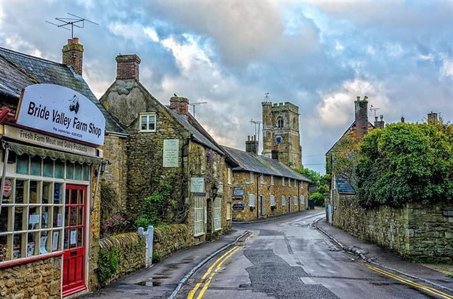Abbotsbury, Dorset, England  Demir çağlarına uzanan geçmişin izlerini bugün hala taşıyan Abbotsbury Köyü, doğası ve mimarisinin cazibesiyle birçok turisti kendine çekiyor. Yerel sanat sahneleri ve stüdyoları ile ünlüdür.