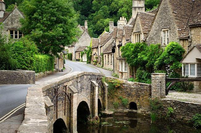 Lacock, Wiltshire, England  13.yüzyıla kadar uzanan geçmişiyle Lacock, filmlerin tarihi sahneleri için de konu olan köylerden biridir. Harry Potter, Aşk ve Gurur gibi filmler de burada çekilmiştir.