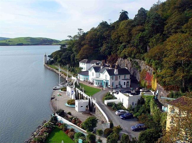 Portmeirion, Gwynedd, Wales  Galli kıyısında yer alan bu köy, masal kitaplarının arasında sıyrılmış gibi. Birçok ünlü film burada çekiliyor ve her yıl müzik festivalleri de burada yapılıyor.