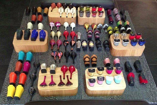 Böyle bir ayakkabı çeşidi satın aldığınızda tıpkı telefon kılıfları gibi rengarenk topuklar da almak isteyeceksiniz.