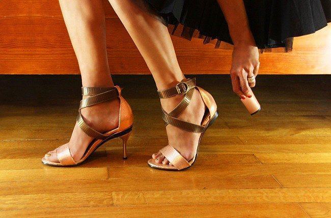 Dilediğinizde ise nerede isterseniz topuklarını çıkarıp daha rahat yürüme pozisyonuna geçiyorsunuz.