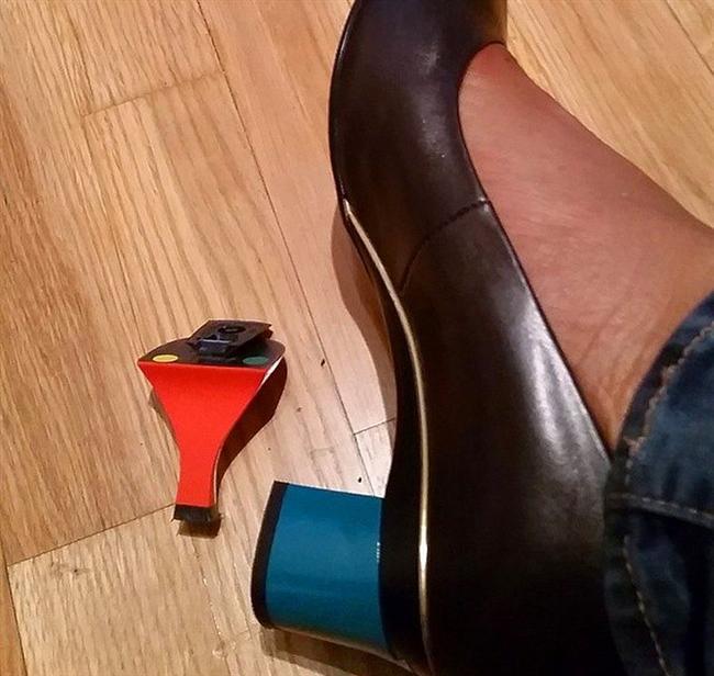 Topuğu değiştirilmeye hazır olan bir ayakkabı.