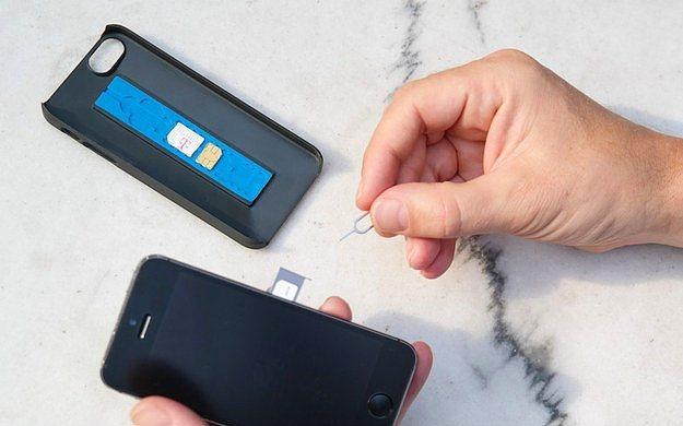 Sim kart hazneli telefon kılıfı.  Bu telefon kılıfıyla sim kartları kaybetmek mümkün değil