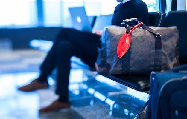 Akıllı telefon uyumlu valiz isimliği.  Valizinizin nerede olduğunu size haber veren isimlik.