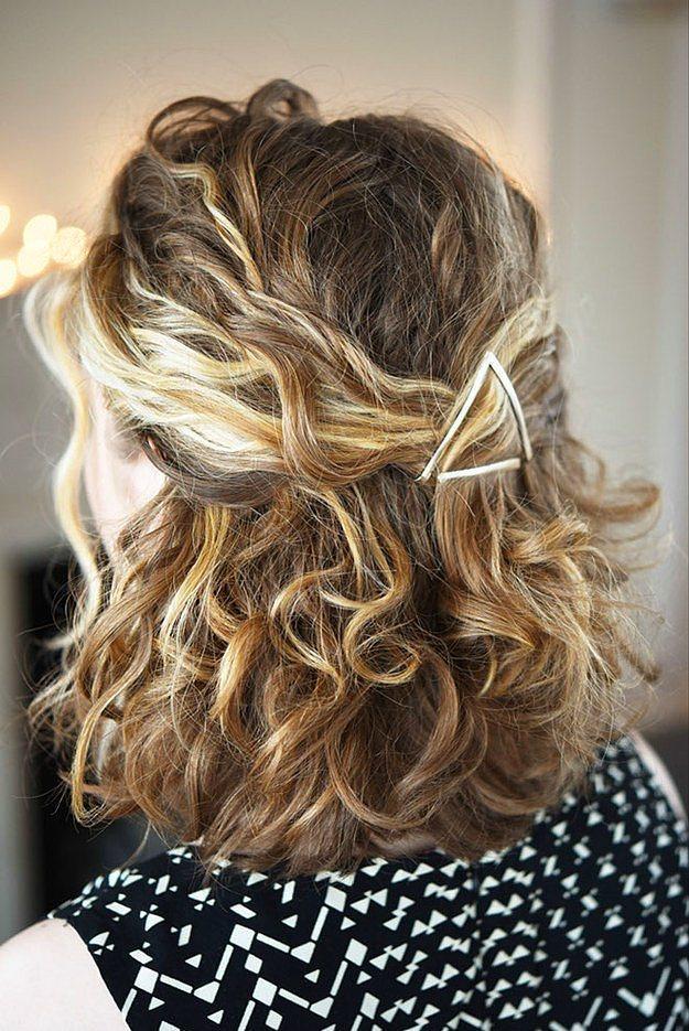 Seçeceğiniz renkli tokalar yardımıyla, saçlarınızı toplarken şekildeki gibi havalı bir üçgen oluşturmak mümkün...