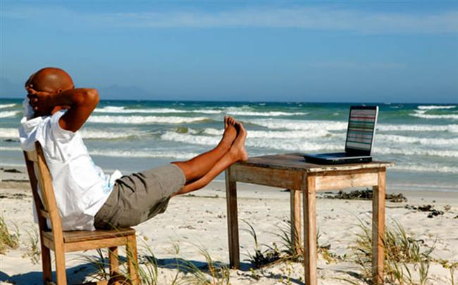 Kova  Sıradan turistik bir tatil, maceracı ve bağımsız ruhlu Kova burcunu sıkacaktır. Dünya kültürlerine, toplumların sosyal yapılarına ilgi duyan, entelektüel Kova, büyük sosyal değişimlerin olduğu Rusya, Çin, Hong Kong ya da Berlin gibi yerlere gitmelidir.  Kova burcu bilgisayarı olmadan yaşayamaz, tatilde iken aklı bilgisayarındadır. Diz üstü bilgisayarı varsa her yere taşır, yoksa mutlaka birisi onun için e-mail'ini kontrol ediyordur. Bağımsız ruhlu Kova insanının açık alanlara ihtiyacı vardır. Doğa harikası ıssız yerlerde özgürlük ve keşif duygusunu yaşayacaktır.  Her dakikası planlanmış turlar ona göre değildir. Kendi programını kendi yapacağı bir tatili tercih eder. Esintili bir karakteri olduğu için hiçbir gezinin katı kuralları ya da günlük programı olmamalıdır. Sürprizlere ve değişikliklere açık bir tatil düşünmelisiniz.
