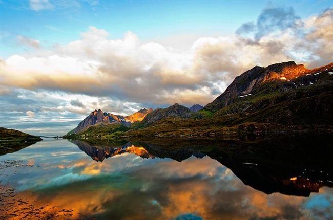 Ya da yansıması gerçeğinden daha güzel olan bir dağ manzarası...