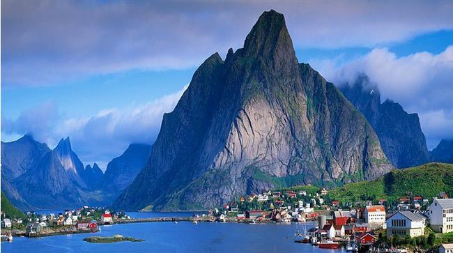 Ya da bir dağın kusursuz kıldığı minik bir kasabayı...