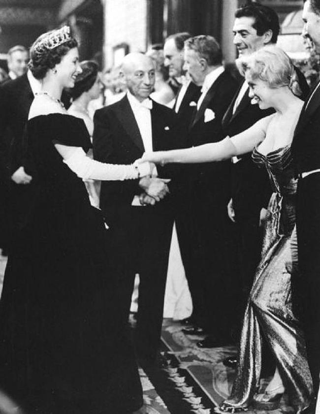 Marilyn Monroe kraliçeyle tanışırken