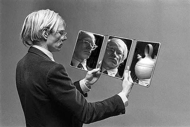 Andy Warhol  Andy Warhol'un uyuşturucu seçimi Obetrol'du. Obetrol  ilk olarak 1920'lerde ortaya çıkmıştır. Şuan Adderall olarak da bilinen ilaç dikkat eksikliği ve hiperaktivite bozukluğunun ve narkolepsinin tedavisinde kullanılan bir amfetamindir. Warhol'un fabrikasından bu kadar düzenli ve çok iş çıkmasının sebebi obetrol olabilir.