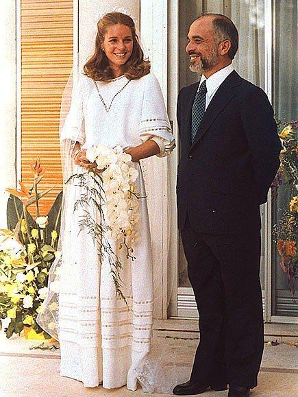 Kraliçe Noor ve Ürdün Kralı Hussain  1978'de, Kraliçe Noor Ürdün Kralı Hussain ile 1978'de gerçekleşen düğününde Christian Dior bir gelinlik giydi.